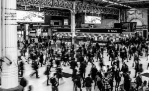 Menschen in einem Bahnhof